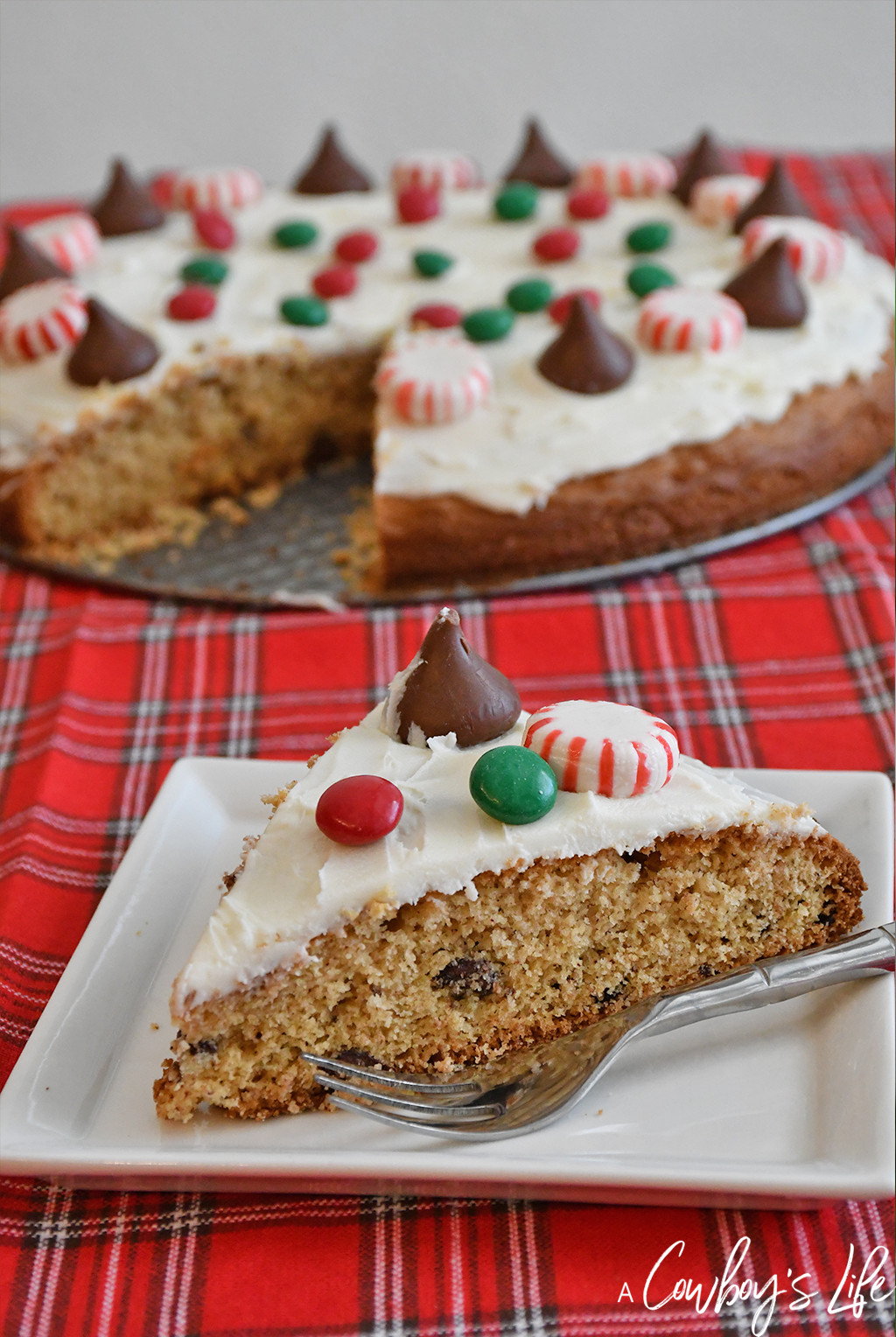 Christmas chocolate chip cookie pizza