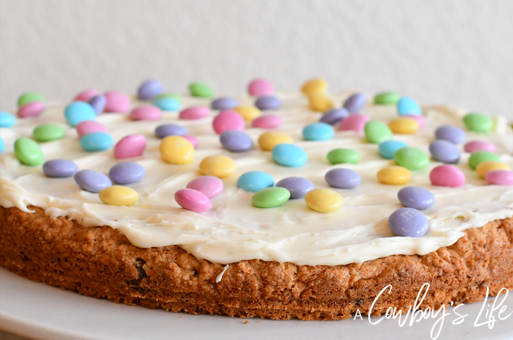 This Easter Chocolate Chip Cookie Pizza recipe is the perfect spring dessert #easterdessert #cookiepizza #dessert